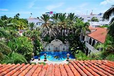 Vista del horizonte de South Beach y de la zona de la piscina de la antigua mansión de Gianni Versace en Miami Beach, jul 23 2013. Una de las casas históricas de Estados Unidos, la mansión de Miami que perteneció al diseñador italiano Gianni Versace, fue vendida el martes en una subasta por 41,5 millones de dólares a un grupo empresarial que incluye a los dueños de la marca de pantalones vaqueros Jordache. REUTERS/Gaston De Cardenas