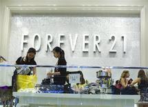 Un grupo de mujeres de compras en una tienda de la minorista Forever 21 en Nueva York, ago 19 2013. Los precios al consumidor en Estados Unidos apenas subieron en agosto, pero el aumento del alquiler y de los costos médicos apuntaban a cierta estabilidad en la inflación subyacente que podría permitir a la Reserva Federal comenzar a reducir sus compras de bonos. REUTERS/Lucas Jackson