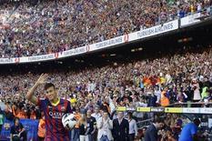 Jogador brasileiro Neymar acena aos torcedores do Barcelona durante sua apresentação ao clube, na Espanha. A receita do time deve alcançar 509 milhões de euros (680 milhões de dólares) nesta temporada, informou nesta terça-feira o clube atual campeão espanhol, que será apenas o segundo time a superar a marca de meio bilhão de dólares, atrás do arquirrival Real Madrid. 03/06/2013 REUTERS/Gustau Nacarino