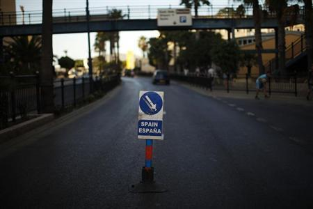 A traffic signal is seen in the middle of the Winston Churchill Avenue to indicate to the drivers the way to enter to Spain at its border with the British territory of Gibraltar in Gibraltar, south of Spain August 9, 2013. REUTERS/Jon Nazca