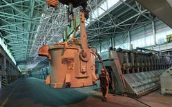 Le premier producteur mondial d'aluminium United Company Rusal s'attend à de nouvelles fermetures de fonderies en Russie, en raison de la baisse des cours du métal. /Photo prise le 21 août 2013/REUTERS/Ilya Naymushin
