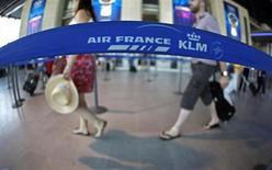 Air France prévoit de lancer un nouveau plan de départs volontaires de 2.800 postes pour s'adapter à une conjoncture économique jugée particulièrement difficile dans le transport aérien. /Photo d'archives/REUTERS/Eric Gaillard