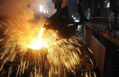 Funcionário monitora aço fundido sendo despejado em contêiner, em fábrica de aço em Hefei, na província de Anhui, China, 9 de setembro de 2013. A produção média diária de aço bruto da China subiu 0,5 por cento nos primeiros 10 dias de setembro ante os 10 dias anteriores, para 2,129 milhões de toneladas, informou nesta quarta-feira a Associação de Ferro e Aço da China (Cisa). REUTERS/Stringer