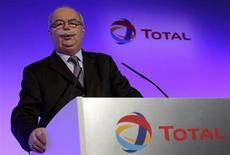 Le PDG de Total Christophe de Margerie a déclaré que le groupe pourrait revoir à la hausse son objectif de cessions d'actifs pour financer sa dynamique d'investissement. /Photo prise le 13 février 2013/REUTERS/Philippe Wojazer