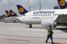 Deutsche Lufthansa ofreció indicios el miércoles de que realizará su segundo gran pedido de aviones en seis meses, al afirmar que su consejo de supervisión aprobó un plan para contar con una flota de largo alcance que según analistas de la industria beneficiará a compañías como Airbus y Boeing. En la foto de archivo, una flota de aviones de Lufthansa en el aeropuerto de Fráncfort. Julio 12, 2013. REUTERS/Ralph Orlowski