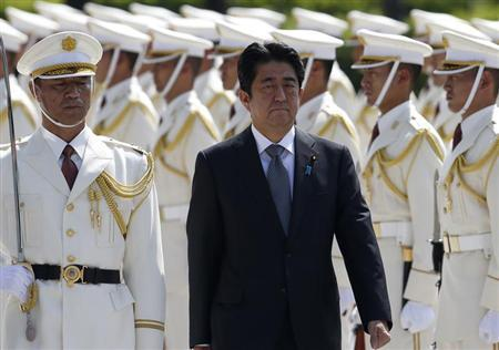 Japan's Prime Minister Shinzo Abe reviews the honour guard before a meeting with Japan Self-Defense Force's senior members at the Defense Ministry in Tokyo September 12, 2013. REUTERS/Toru Hanai