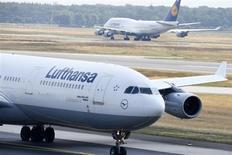 Le conseil de surveillance de Lufthansa a approuvé une commande de 59 Boeing et Airbus d'un montant global de 14 milliards d'euros aux prix catalogues. Cette commande regroupe 34 Boeing 777-9X et 25 Airbus A350-900. /Photo prise le 12 juillet 2013/REUTERS/Ralph Orlowski