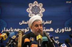 Секретарь Высшего совета национальной безопасности Ирана Хасан Рухани общается с журналистами в Тегеране 5 марта 2005 года. Президент Ирана Хассан Рухани заявил в среду, что его правительство никогда не приступит к разработке ядерного оружия, указав на стремление к дипломатической разрядке в отношениях с Западом после десятилетий вражды. REUTERS/Raheb Homavandi
