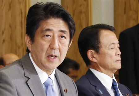 Japan's Prime Minister Shinzo Abe (L), seated with Finance Minister Taro Aso, speaks during the Council on Economic and Fiscal Policy meeting at Abe's official residence in Tokyo September 13, 2014. REUTERS/Koji Sasahara/Pool