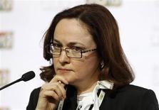 Эльвира Набиуллина на экономическом форуме в Москве 19 апреля 2013 года. Правительство РФ, объявившее мораторий на рост тарифов в 2014 году, планирует все же увеличить их для населения, чем неприятно удивило Центробанк, и он в ответ пригрозил ужесточить денежно-кредитную политику, чтобы удержать инфляцию на уровне 4,5-4,6 процента. REUTERS/Sergei Karpukhin