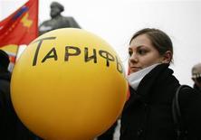 Женщина держит шарик на акции протеста против роста цен и тарифов в Москве 10 февраля 2009 года. Правительство РФ, объявившее при подготовке бюджета мораторий на рост тарифов в 2014 году, исключило из него население и предупредило, что это может повлечь за собой повышение целевого показателя инфляции. REUTERS/Sergei Karpukhin
