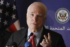 """Американский сенатор Джон Маккейн на пресс-конференции в Триполи 22 февраля 2012 года. Маккейн в колонке для веб-издания """"Правда.ру"""" причислил Владимира Путина к клубу тиранов, ответив на критику США, изложенную российским президентом в статье для New York Times. Путин сказал, что Маккейн плохо информирован и пригласил своего давнего критика в Россию. REUTERS/Anis Mili"""