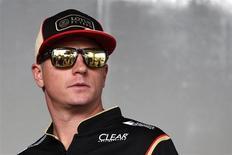 """Piloto finlândes Kimi Raikkonen chega para coletiva de imprensa antes do Grande Prêmio de Cingapura de Fórmula 1. Raikkonen decidiu voltar para a Ferrari na próxima temporada porque está com salários atrasados na Lotus, mas prometeu participar dos sete GPs restantes desta temporada pelo fato de """"adorar correr"""". 19/09/2013. REUTERS/Tim Chong"""