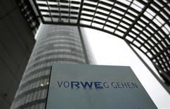 Le groupe de services collectifs RWE va fortement baisser la part du bénéfice net versé aux actionnaires sous forme de dividendes en raison de perspectives mitigées en termes de bénéfices de l'activité génération d'électricité. /Photo prise le 18 avril 2013/REUTERS/Ina Fassbender