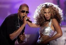 Jay-Z и Бейонсе выступают на церемонии BET Awards в Лос-Анджелесе 27 июня 2006 года. Рэп-исполнитель Jay Z и его жена певица Бейонсе стали самой высокооплачиваемой парой среди знаменитостей второй год подряд, подсчитал журнал Forbes. REUTERS/Mario Anzuoni