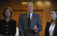 Spain's King Juan Carlos addresses the media next to Spanish Development Minister Ana Pastor (R) and Queen Sofia (L) after visiting the victims of a train crash at Clinico Universitario Hospital in Santiago de Compostela, northwestern Spain, July 25, 2013. REUTERS/Eloy Alonso