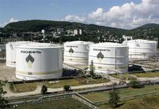 Нефтехранилища на НПЗ Роснефти в Туапсе 6 сентября 2006 года. Трубопроводная монополия Транснефть нашла новый аргумент в споре о целесообразности строительства крупнейшей российской нефтекомпанией Роснефть нового перерабатывающего комплекса во Владивостоке. REUTERS/Sergei Karpukhin