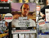 Un afiche del videojuego Grand Theft Auto V en una tienda de la cadena Game Stop en Encinitas, EEUU, sep 17 2013. El videojuego Grand Theft Auto V superó la marca de 1.000 millones de dólares en ventas tras solo tres días en las tiendas, un ritmo más veloz que cualquier otro producto de entretenimiento en la historia, dijo el viernes su creador, Take Two Interactive Inc. REUTERS/Mike Blake