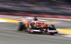 O piloto de Fórmula Um Fernando Alonso, da Espanha, dirige durante o segundo treino do Grande Prêmio de Cingapura. 20/09/2013 REUTERS/Edgar Su