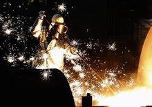 Trabalhador da siderúrgica alemã ThyssenKrupp é visto em unidade da empresa em Duisburg, na Alemanha. A alemã ganhou o apoio de bancos para estender linhas de crédito no valor de 2,5 bilhões de euros (3,4 bilhões de dólares), num momento em que a siderúrgica enfrenta um endividamento bilionário e vê fraqueza nos negócios nas Américas, noticiou a revista WirtschaftsWoche. 06/12/2012 REUTERS/Ina Fassbender