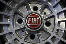 Logotipo da Fiat é visto na roda de um carro da marca em Turim, na Itália. A Fiat está planejando assumir o controle total da fabricante de motores a diesel VM Motori, comprando a metade da empresa que pertence à General Motors, sua parceira na joint venture, afirmou a montadora italiana neste sábado. 10/02/2013 REUTERS/Stefano Rellandini