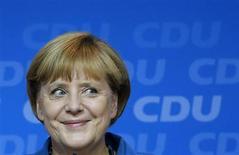 Канцлер Германии и лидер ХДС Ангела Меркель во время общения со своими сторонниками после объявления первых результатов exit polls в партийном штабе в Берлине 22 сентября 2013 года. Ангела Меркель привела свою партию к лучшему результату за последние 20 лет на выборах в воскресенье, однако ей не хватило голосов для абсолютного большинства, и она будет вынуждена формировать коалиционный кабинет. REUTERS/Fabrizio Bensch