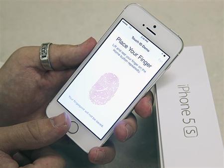 9月22日、ドイツのハッカー集団が、米アップル「iPhone(アイフォーン)5s」に搭載された指紋認証機能「Touch ID」を迂回する方法を発見したと明らかに。写真は米ユタ州の携帯電話ショップで19日撮影(2013年 ロイター/George Frey)