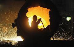Рабочий на сталелитейном заводе в городе Хэфэй, КНР 18 августа 2013 года. Производственный сектор Китая рос в сентябре наиболее резвыми темпами за шесть месяцев, показали предварительные данные, добавив импульса к восстановлению второй крупнейшей мировой экономики с середины года. REUTERS/Stringer