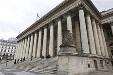 La Bourse de Paris est absolument stable (4.204 points) vers 13h05 après trois semaines consécutives de hausse (+6,67% en cumul). Les marchés ne réagissent guère à la victoire électorale de la chancelière allemande Angela Merkel. /Photo d'archives/REUTERS/Charles Platiau