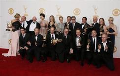 """Съемочная группа и актерский состав телесериала """"Во все тяжкие"""" после церемонии вручения призов """"Эмми"""" в Лос-Анджелесе 22 сентября 2013 года. Телесериал """"Во все тяжкие"""" в воскресенье был признан Американской национальной телевизионной академией лучшим драматическим сериалом года, впервые за всю историю своего существования выиграв главный приз """"Эмми"""". REUTERS/Lucy Nicholson"""