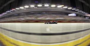 Red Bull Formula One driver Sebastian Vettel of Germany races during the Singapore Grand Prix September 22, 2013. REUTERS/Pablo Sanchez