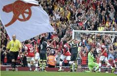 Torcida do Arsenal comemora gol do time durante partida contra o Stoke City, em Londres. O Arsenal, líder do Campeonato Inglês, está disposto a investir mais no elenco após a contratação do meia alemão Mesut Ozil por um valor recorde, disse o presidente do clube nesta segunda-feira. 22/09/2013 REUTERS/Paul Hackett