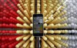 Un teléfono iPhone 5C de Apple en una tienda de artículos de la firma en el distrito comercial de Ginza en Tokio, sep 20 2013. Apple Inc dijo el lunes que vendió 9 millones de iPhone de los modelos 5s y 5c en los primeros tres días desde su lanzamiento. REUTERS/Yuya Shino