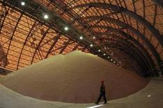 Le fonds souverain chinois China Investment Corporation (CIC) a acquis une participation de 12,5% dans le producteur russe de potasse Uralkali à la faveur d'une conversion d'obligations, a-t-on appris de sources proches du dossier. /Photo prise le 26 août 2013/REUTERS/Sergei Karpukhin