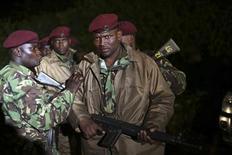 Кенийские солдаты у торгового центра Westgate в Найроби 23 сентября 2013 года. Подразделения сил безопасности Кении в понедельник взяли штурмом торговый центр, в котором исламистские боевики за три дня осады убили как минимум 62 заложников. REUTERS/Karel Prinsloo