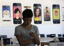 Le cabinet de recherche IDC estime que le marché des smartphones en Chine devrait augmenter de plus d'un quart en 2014 pour dépasser les 450 millions d'unités. /Photo prise le 5 septembre 2013/REUTERS/Kim Kyung-Hoon