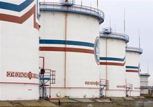 Нефтехранилища на НПЗ у города Мозырь 17 ноября 2009 года. Зависимая от импорта энергоносителей из России Белоруссия, стоящая перед угрозой сокращения этих поставок с октября из-за ссоры Минска с российским Уралкалием, пока рапортует об их росте - Белстат сообщил во вторник, что в доконфликтных январе-июле 2013 года страна увеличила импорт российской нефти на 0,9 процента до 13,1 миллиона тонн. REUTERS/Vasily Fedosenko