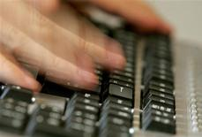 Les Français ont dépensé 12,2 milliards d'euros en ligne au deuxième trimestre, un chiffre en progression de 16% par rapport à la même période 2012. /Photo d'archives/REUTERS/Régis Duvignau