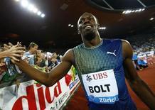 Jamaicano Usain Bolt comemora após vencer a prova dos 100 metros no campeonato Weltklasse Diamond, em Zurique. O velocista multicampeão olímpico Usain Bolt renovou o acordo de patrocínio de longa data com a Puma até depois dos Jogos Olímpicos de 2016 no Rio de Janeiro, informou a empresa alemã de material esportivo nesta terça-feira. 29/08/2013. REUTERS/Denis Balibouse