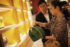 Magasin Louis Vuitton à Shanghai. La marque phare du groupe LVMH déjà engagée dans le développement d'une nouvelle offre de sacs en cuir entend accélérer le pas grâce au recrutement du designer italo-canadien Darren Spaziani. /Photo d'archives/REUTERS/Carlos Barria