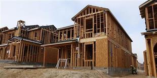 Unos obreros durante la construcción de una vivienda unifamiliar en San Diego, EEUU, mar 25 2013. Los precios de las casas en Estados Unidos subieron en julio, aunque una caída en la confianza del consumidor este mes remarcó el potencial de que mayores tasas de interés y una economía lenta afecten a la recuperación del mercado inmobiliario. REUTERS/Mike Blake