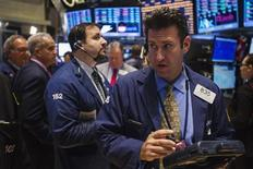 Unos operadores en la Bolsa de Comercio de Wall Street en Nueva York, sep 23 2013. Las acciones estadounidenses operaban estables el martes en una jornada con transacciones intermitentes, después de que la publicación de datos no aminorara la preocupación de los inversores por el impacto en la economía de las negociaciones presupuestarias en Washington. REUTERS/Lucas Jackson