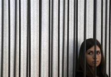 """Foto de arquivo da integrante da banda de rock russa Pussy Riot, Nadezhda Tolokonnikova, durante audiência de apelação em julho, na Rússia. Nadezhda, que está presa, foi transferida para uma cela solitária nesta terça-feira, depois de ter iniciado uma greve de fome para protestar contra o que qualificou como """"trabalho escravo"""" na colônia penal onde cumpre pena. 26/07/2013 REUTERS/Sergei Karpukhin"""