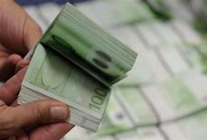 Selon le quotidien Les Echos à paraître mercredi, le projet de loi de finances 2014 présenté mercredi devrait afficher un déficit budgétaire d'environ 82 milliards d'euros. /Photo d'archives/REUTERS/Leonhard Foeger