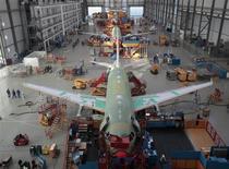 """Airbus figure au nombre des valeurs à suivre à la Bourse de Paris, après l'annonce d'accords avec deux compagnies chinoises pour la fourniture de 43 appareils de la famille A320, et la présentation à Pékin d'une version """"régionale"""" court-courrier de son A330-300. Airbus devrait par ailleurs placer une commande de 92 à 100 A320 ou 321 auprès de la compagnie vietnamienne à bas coûts Vietjet. /Photo d'archives/REUTERS/Christian Charisius"""