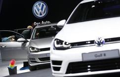 Véhicules Volkswagen au salon automobile de Francfort. Le constructeur allemand compte doubler les capacités de production de sa nouvelle usine à Foshan, en Chine méridionale, afin de contester la suprématie des groupes japonais dans la région. /Photo prise le 9 septembre 2013/REUTERS/Kai Pfaffenbach