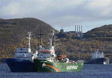 Принадлежащий Greenpeace ледокол Arctic Sunrise в Мурманске 24 сентября 2013 года. Активисты Greenpeace, задержанные по обвинению в пиратстве после протеста на буровой Газпрома в Арктике, никакие не пираты, сказал президент РФ Владимир Путин и обвинил экологов в попытке захвата платформы и нарушении норм международного права. REUTERS/Stringer