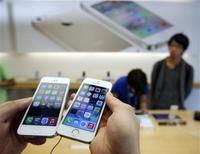 La Direction de la concurrence et de la répression des fraudes (DGCCRF) aurait ouvert une enquête sur les conditions imposées par le géant américain Apple aux opérateurs mobiles distribuant son iPhone. /Photo prise le 20 septembre 2013/REUTERS/Adrees Latif