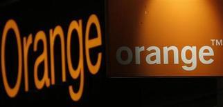 Contre la tendance, Orange (+2,74%) est en tête des hausses du CAC 40, qui cède 0,66% à 4.175,10 points vers 13h les investisseurs restant prudents dans un contexte d'incertitudes lié au budget américain. La valeur est portée comme l'ensemble des Télécoms européens par l'annonce mardi qu'AT&T était prêt à acheter des actifs sans fil en Europe. /Photo prise le 24 juillet 2013/REUTERS/Christian Hartmann