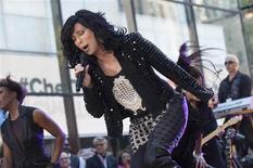 """Cantora Cher canta durante apresentação em Nova York. Poucos artistas conseguem manter uma carreira ativa ao longo de cinco décadas, mas a diva pop Cher garante que seu novo álbum representa o """"melhor esforço até hoje"""". 23/09/2013. REUTERS/Keith Bedford"""